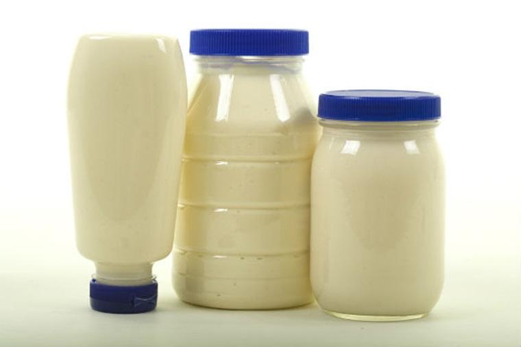 Đựng sốt mayonnaise trong chai, túi kín