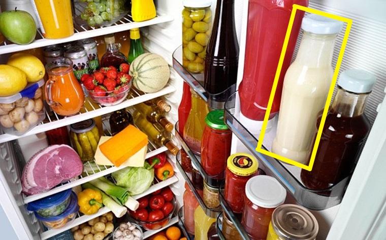 Đặt sốt mayonnaise ở ngăn mát cửa tủ lạnh