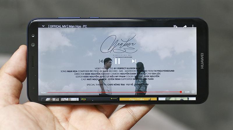 Xem phim giải trí với màn hình rộng tỉ lệ 18:9 của Huawei Nova 2i