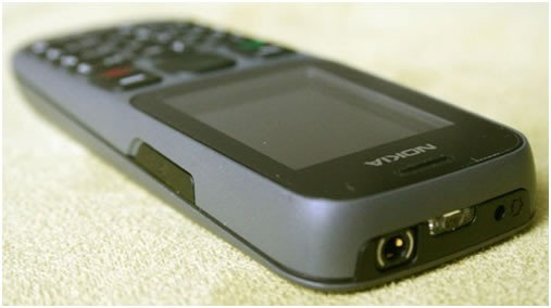 Nokia 101 với đèn pin, jack 3.5 và chân sạc