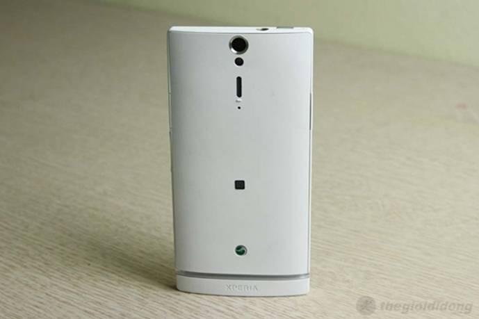Mặt sau Sony Xperia  SL trang bị camera 12 mpx cùng đèn Flash