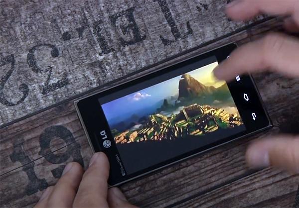 Xem phim trên LG Optimus L5 Dual E615 khá thoải mái với màn hình 4 inches