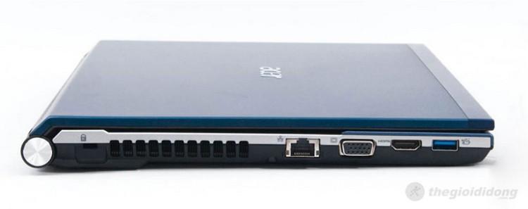 Cạnh trái có lỗ khóa chống trộm Kensington, khe thoát nhiệt, cổng mạng RJ45 có đèn tín hiệu, cổng xuất tín hiệu ra máy chiếu hoặc màn hình phụ D-sub, cổng xuất hình ảnh chất lượng cao HDMI và một cổng USB 3.0 tốc độ cao đồng thời kiêm thêm chức năng sạc cho thiết bị khác ngay cả khi máy đã tắt.