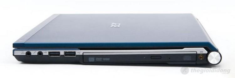 Cạnh phải có 2 lỗ cắm microphone và tai nghe 3.5mm, 2 cổng USB 2.0, ổ DVD và jack cắm nguồn