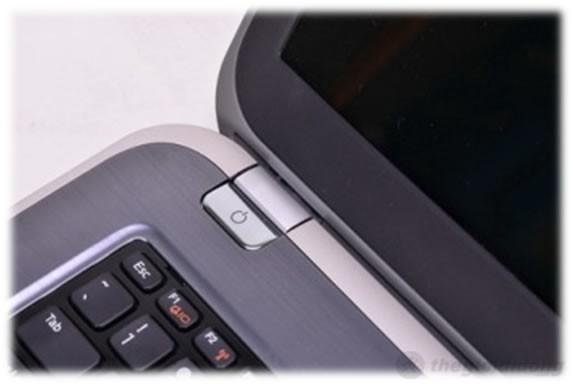 Nút nguồn của máy được thiết kế khá lạ mắt khiến cho những ai không để ý sẽ rất dễ bị nhầm với phần bản lề kết nối thân máy và màn hình