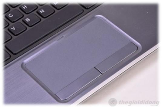 Touchpad khá lớn, lõm xuống so với phần lót tay hỗ trợ cảm ứng đa điểm