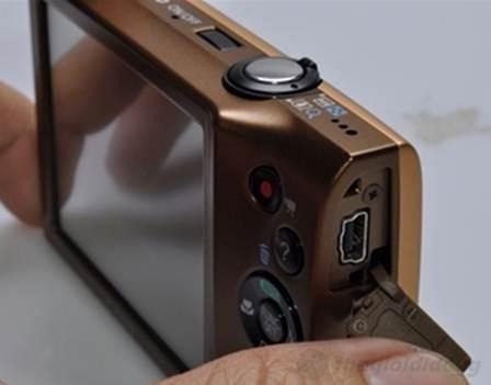 PowerShot A3400 IS cũng chỉ được trang bị duy nhất cổng mini USB  cho kết nối USB/AV Out ở cạnh phải máy